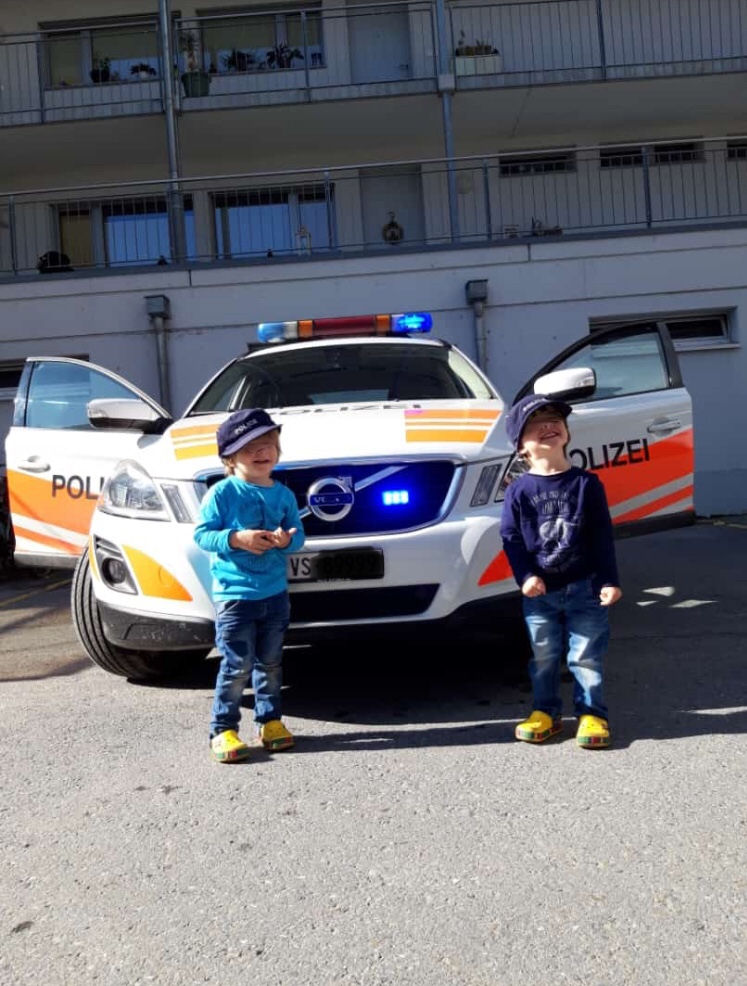 """""""Wenn Kinderaugen strahlen lacht das Polizistenherz!! Grüsse aus dem Wallis/Schweiz, Roger"""""""