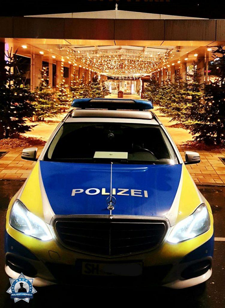 """""""Bei einer ruhigen Nachtschicht, kann auch mal vorweihnachtliche Stimmung aufkommen. Liebe Grüße und eine ruhige Nacht von der Autobahnpolizei Lübeck. Kobi und Sophie"""""""