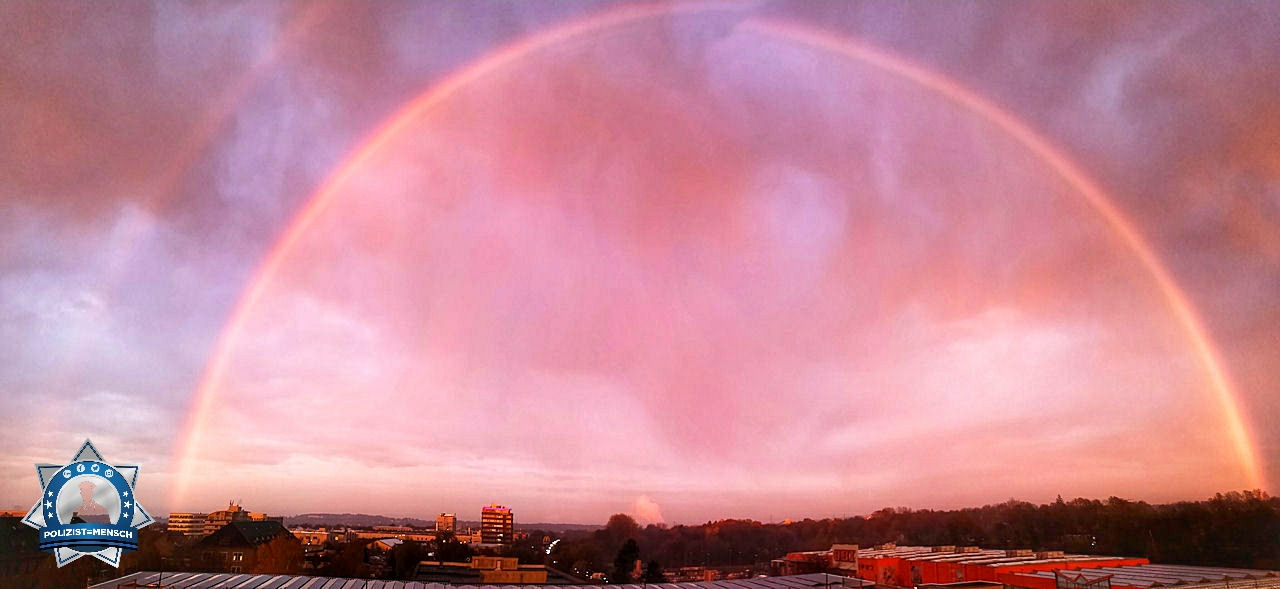 """""""Schöne Grüße aus der Leitstelle des PP Aachen. Mit diesem schönen Regenbogen im Blick lässt sich der Spätdienst gut aushalten. Anna"""""""