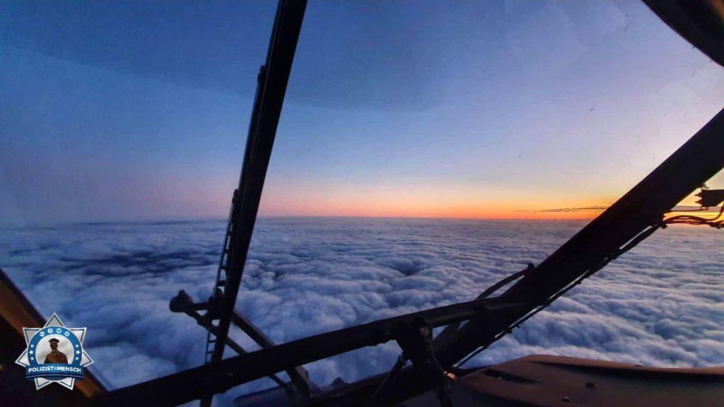 """""""Ein bisschen Sonnenaufgang für alle, die sonst nur Herbstwetter im Moment sehen. Viele liebe Grüße aus einer Superpuma der Bundespolizei in 10.000 Fuß Höhe. A."""""""