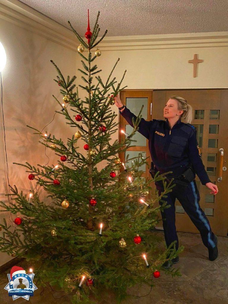 """""""Frohe Weihnachten aus Mittelfranken. Unser Baum steht! Allen, die heute Dienst leisten, eine ruhige Schicht. LG, Petra"""""""