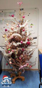 Der wohl hässlichste Weihnachtsbaum steht auf einer kleinen Polizeistation in Niedersachsen