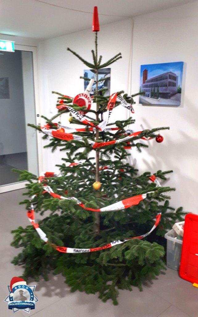 """""""Im Nachtdienst den Hausmeistern beim Schmücken des Dienststellenweihnachtsbaumes die Arbeit abgenommen... Ist jetzt ein Polizeibaum. 🎄 Christoph"""""""