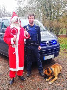 Nikolaus-Schlitten liegengeblieben: Polizist hilft Nikolaus in Not