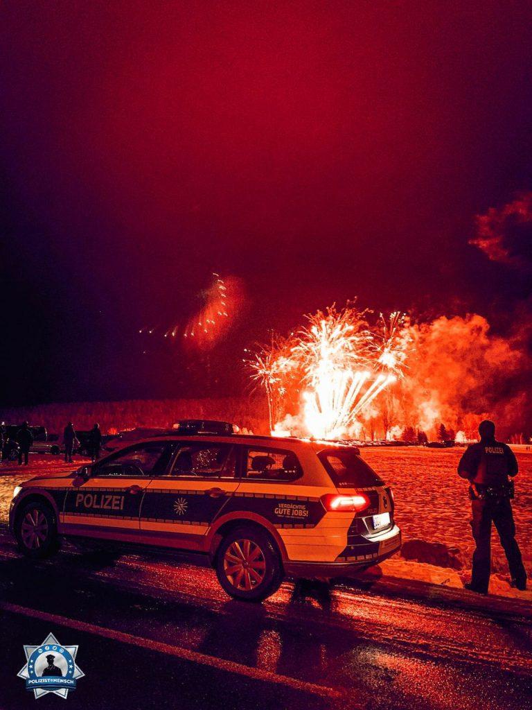 """""""Liebe Grüße aus Künhaide, dem kältesten Ort Sachsens. Wir haben den Nachtdienst heute mit der Veranstaltungsabsicherung zur alljährlichen Feuerwerk-Show begonnen. Allen einen guten Rutsch und sichere Dienste, Robin und Verena"""""""