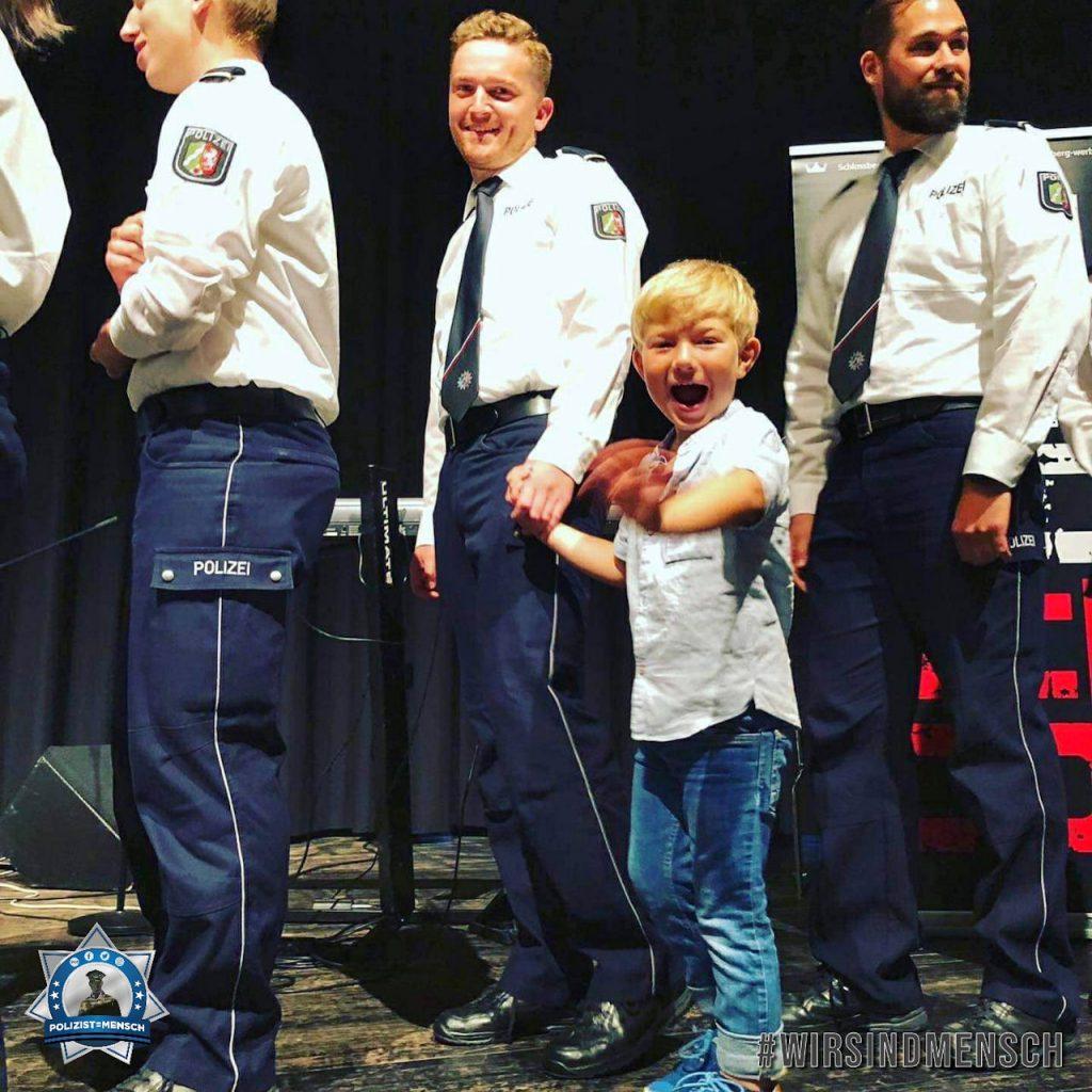 """""""Hallo, dieses Bild entstand bei meiner Graduierung zum Polizeikommissar. Mein Paul wollte unbedingt mit auf die große Bühne 😅 Liebe Grüße, Niklas"""""""
