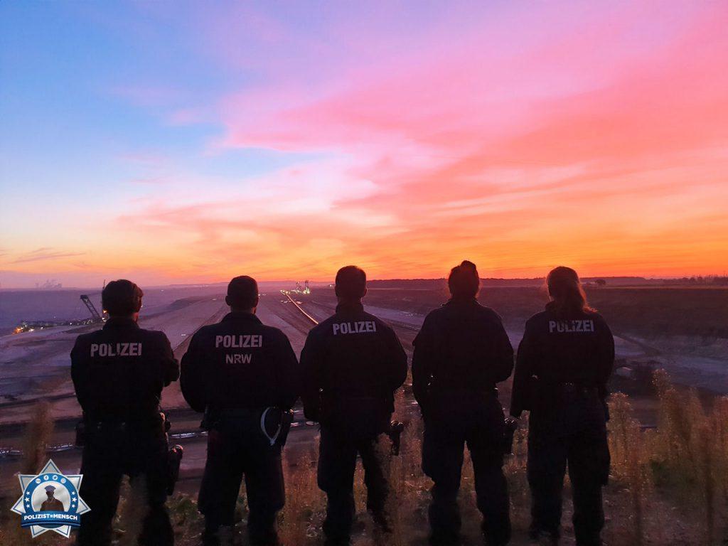 """""""Sonnenaufgang im Hambacher Forst. Liebe Grüße aus dem Polizeipräsidium Aachen."""""""