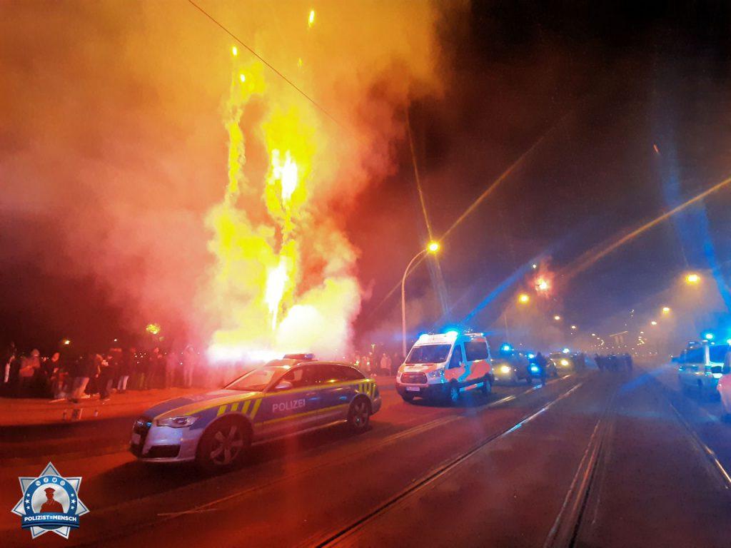"""""""Grüße aus Magdeburg vom Zentralen Verkehrs- und Autobahndienst. Durch Zufall sind wir zum Jahreswechsel an der Elbbrücke vorbei gekommen, wo sich jährlich der gesamte Rettungsdienst trifft und um 0 Uhr das Blaulicht einschaltet."""""""