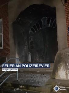 Vorsätzliche Brandstiftung: Unbekannte steckten Eingangstür von Polizeiwache in Brand