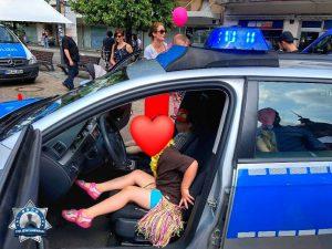 """""""Meine Tochter wird dieses Jahr 8 Jahre alt. Meine Frau und ich haben ihr einen respektvollen und freundlichen Umgang mit unserer Polizei auf den Weg gegeben. Sie wünscht sich seit dem 4. Lebensjahr Polizistin zu werden und sollte sie diesen Wunsch in 10 Jahren auch noch hegen, werden wir sie dabei unterstützen. Es liegt an uns, den jetzigen Eltern, unseren Kindern einen respektvollen Umgang mit allen Einsatzkräften beizubringen. Ich sage Danke an all die Beamten und Beamtinnen, dass ihr jeden Tag da draußen seid um uns zu helfen und zu schützen. Sebastian"""""""