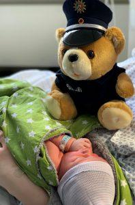 Eskorte ins Krankenhaus: Anton wartet mit seiner Geburt auf Papa