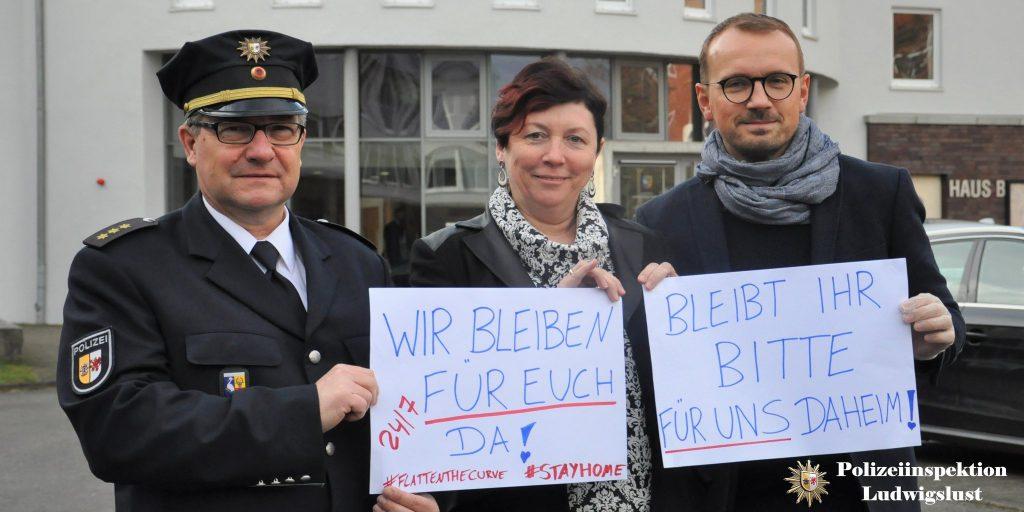 Bleibt zuhause, darum bitten der Inspektionsleiter der Polizei Ludwigslust, Ingo Renk, Amtsärztin Dr. med. Ute Siering und Landrat Stefan Sternberg.