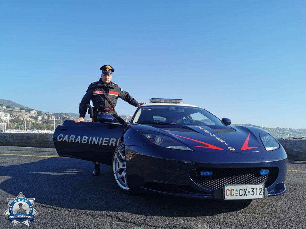 """""""Lotus hat uns zwei dieser Autos für die Einsätze in Rom geschenkt. Sie werden hauptsächlich nachts eingesetzt, für Verfolgungen bei Einbrüchen. Das Foto wurde für Werbezwecke am Meer gemacht. Viele Grüße, Il Principe"""""""