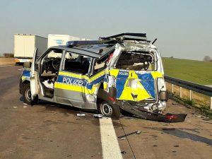 Pannenfahrzeug abgesichert: Lkw fährt auf Polizeifahrzeug auf