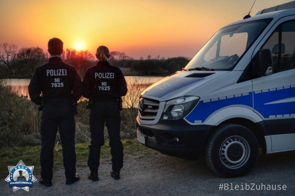"""""""Liebe Grüße sendet eine Corona-Präsenzstreife der Oldenburger Bereitschaftspolizei! #bleibtzuhause #bleibtgesund J und T"""""""