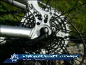 Verfolgung Flüchtender: Achtjähriger stellt Fahrrad Polizist zur Verfügung