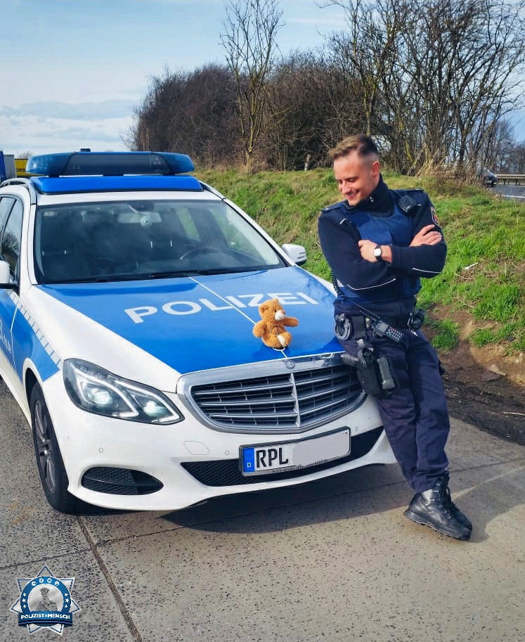 """""""Das ist Helmut 🐻 Helmut wollte sich mal einen Tag lang die Arbeit der Polizei anschauen und wurde deshalb mit auf Streife genommen 🙂 Liebe Grüße aus Koblenz, Pascal"""""""