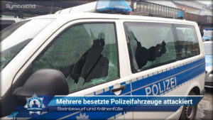Steinbewurf und Krähenfüße: Mehrere besetzte Streifenwagen attackiert