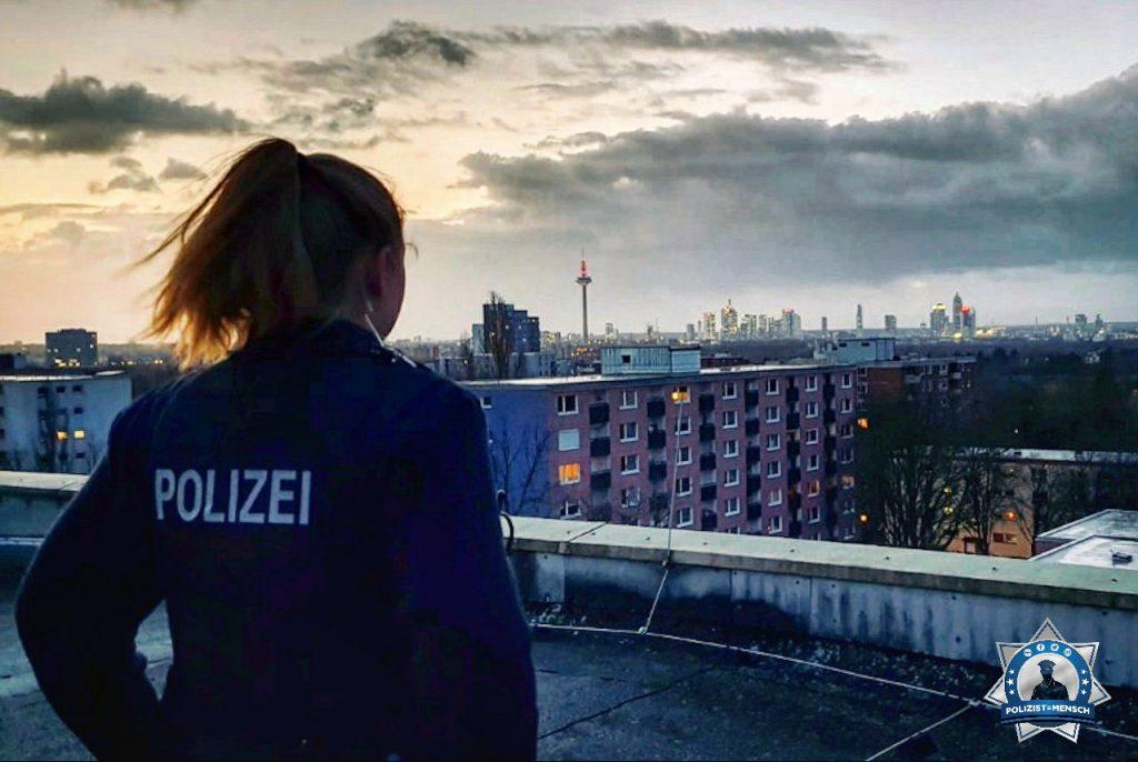"""""""Grüße vom gemeinsamen Einsatz mit der Feuerwehr über den Dächern Frankfurts. Wir mussten in den 8. Stock und natürlich war der Fahrstuhl ausgefallen. Tina"""""""