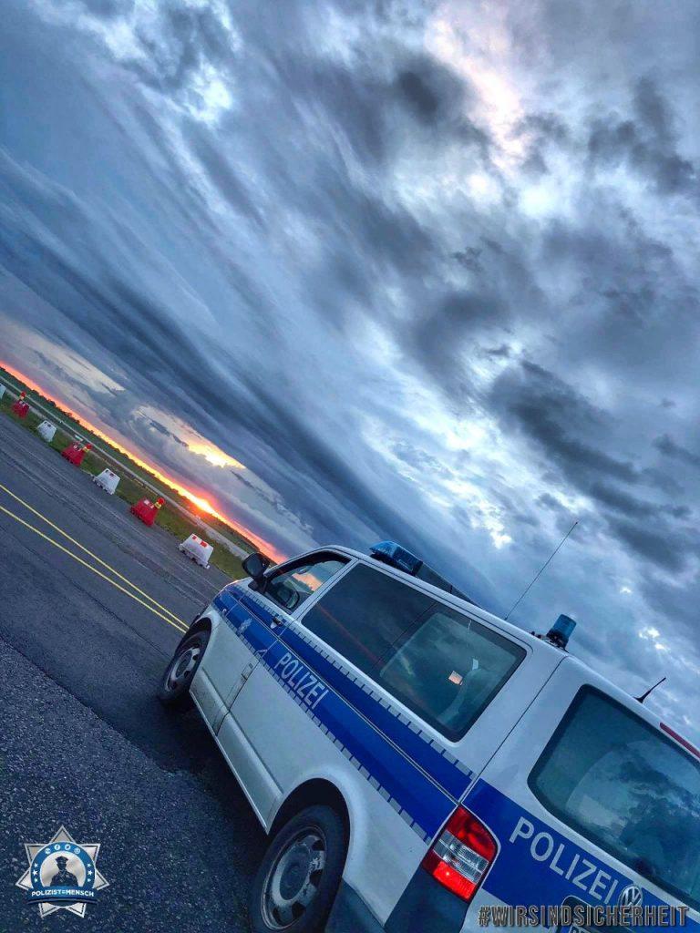 """""""Auch während der Corona-Krise und dementsprechend bei sehr wenig Flugverkehr bestreifen wir das Flughafengelände. Für eure Sicherheit. Liebe Grüße aus Schönefeld."""""""
