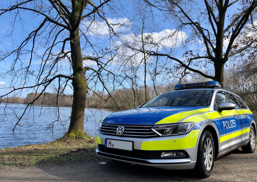 """""""Liebe Grüße vom Polizeikommissariat Hannover-Lahe, hier am Altwarmbüchener See. Bleibt steht's gesund und munter! Moritz & Tabitha"""""""