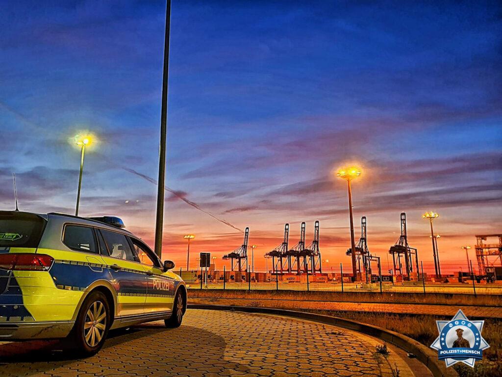 """""""Sonnenaufgang am Jade-Weser-Port. Die Nachtschicht verabschiedet sich gleich und wünscht allen Tagesdienstlern eine ruhige Schicht. Gruß Malte & Fisch"""""""
