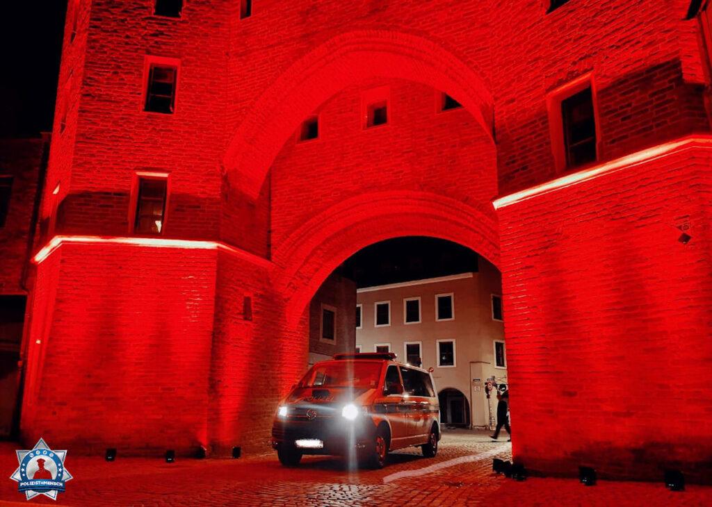 """""""Grüße von der Night of light 2020 in Landshut, hier vor dem Ländtor. Auf eine ruhige Nachtschicht! Tom"""""""