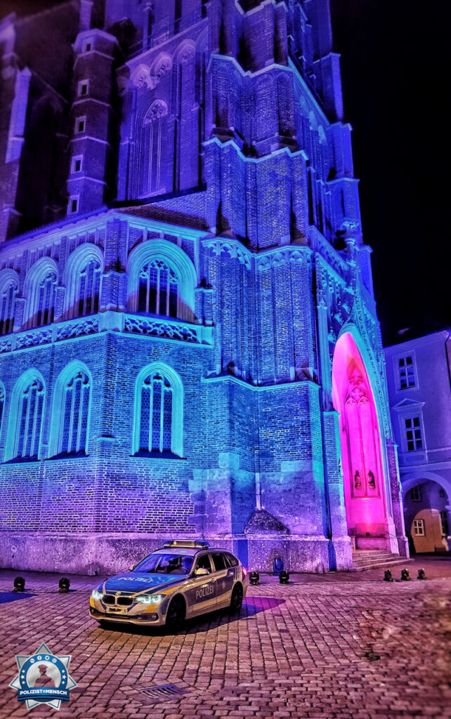 """""""Passend zu 'Night of light 2020' durfte sich unser Dienstwagen vor der blau beleuchteten Martinskirche in Landshut (Niederbayern) präsentieren. Liebe Grüße, Tom"""""""
