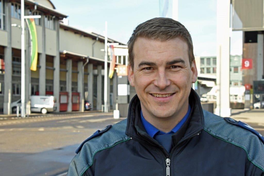 """""""Hallo mein Name ist Roger Spirig, ich bin Quartierpolizist und Social Media Polizist bei der Stadtpolizei St. Gallen (Schweiz). Auf meinem Profil seht Ihr Auszüge aus meinem Arbeitsalltag. Grüassli us dar Schwiiz."""""""