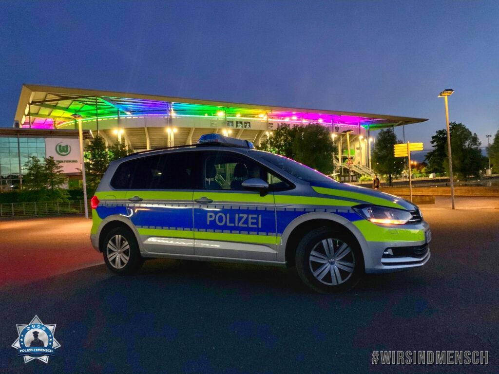 """""""Wolfsburg setzt ein Zeichen für Akzeptanz, Toleranz und Vielfalt. Auch wir als Polizei unterstützen dieses Zeichen. Seid lieb zueinander! Liebe Grüße, Dennis und Vanessa"""""""