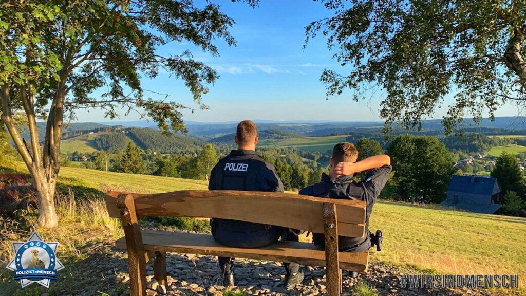 """""""Hallo Ihr Lieben. Wir senden euch liebe Grüße von der Grenze in Klingenthal. Auch hier sind wir für eure Sicherheit da. Bleibt gesund und passt alle auf euch auf. Markus, Ricky und Christian, BPH 32"""""""