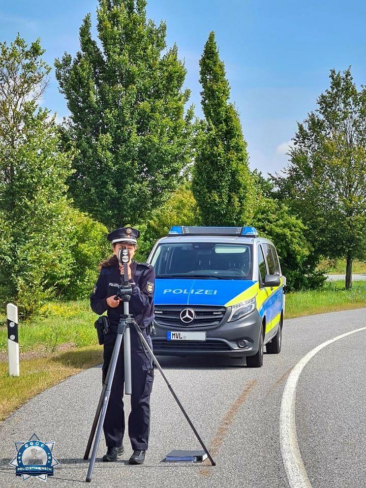 """""""Viele Grüße vom Tagdienst aus dem Polizeihauptrevier Wismar, Hannah und Torsten"""""""
