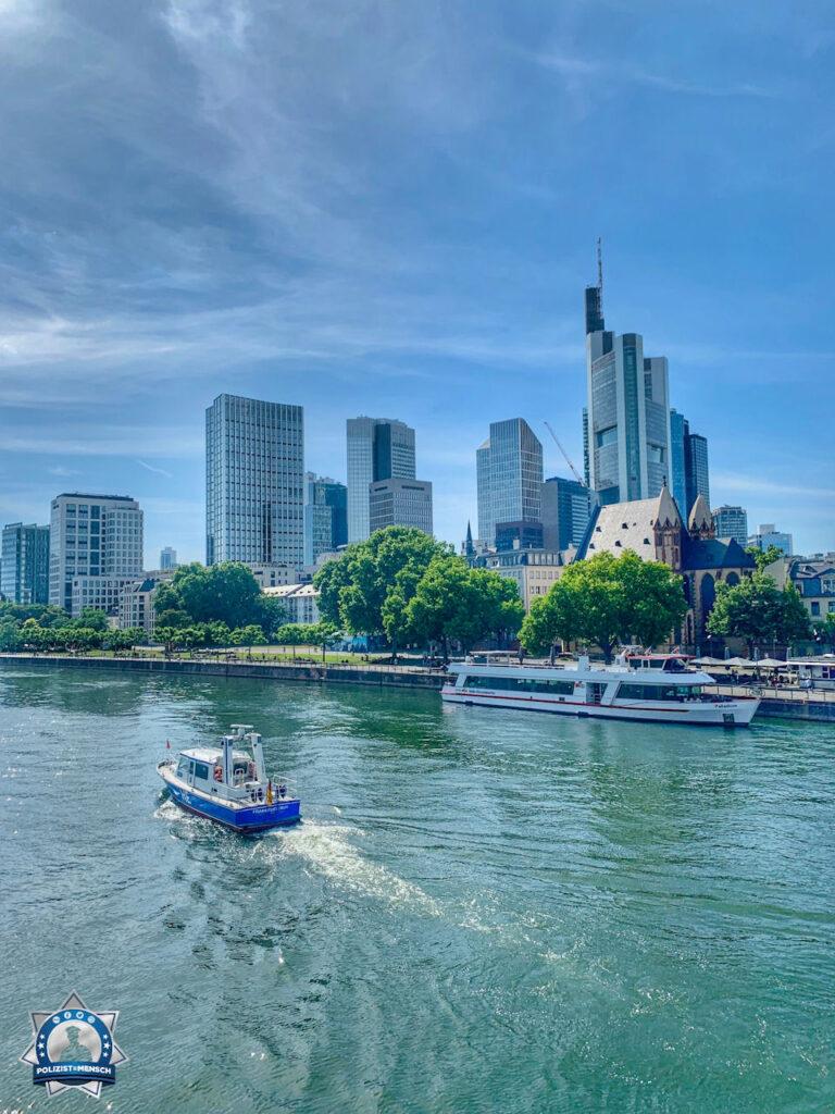 """""""Ein kleiner Schnappschuss von der Wasserschutzpolizei in Frankfurt am Main! Da wird man doch echt neidisch, was die Kollegen dort für einen Blick auf die Skyline genießen! LG aus BaWü, Lea und Maria!"""""""