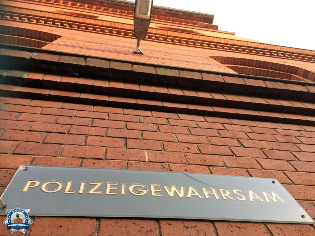 """""""Grüße aus dem Polizeigewahrsam Bremerhaven, Nicole."""""""