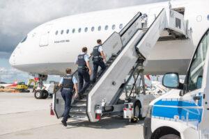 Der moderne Storch lässt liefern: Bundespolizisten heißen neue Erdenbürgerin willkommen