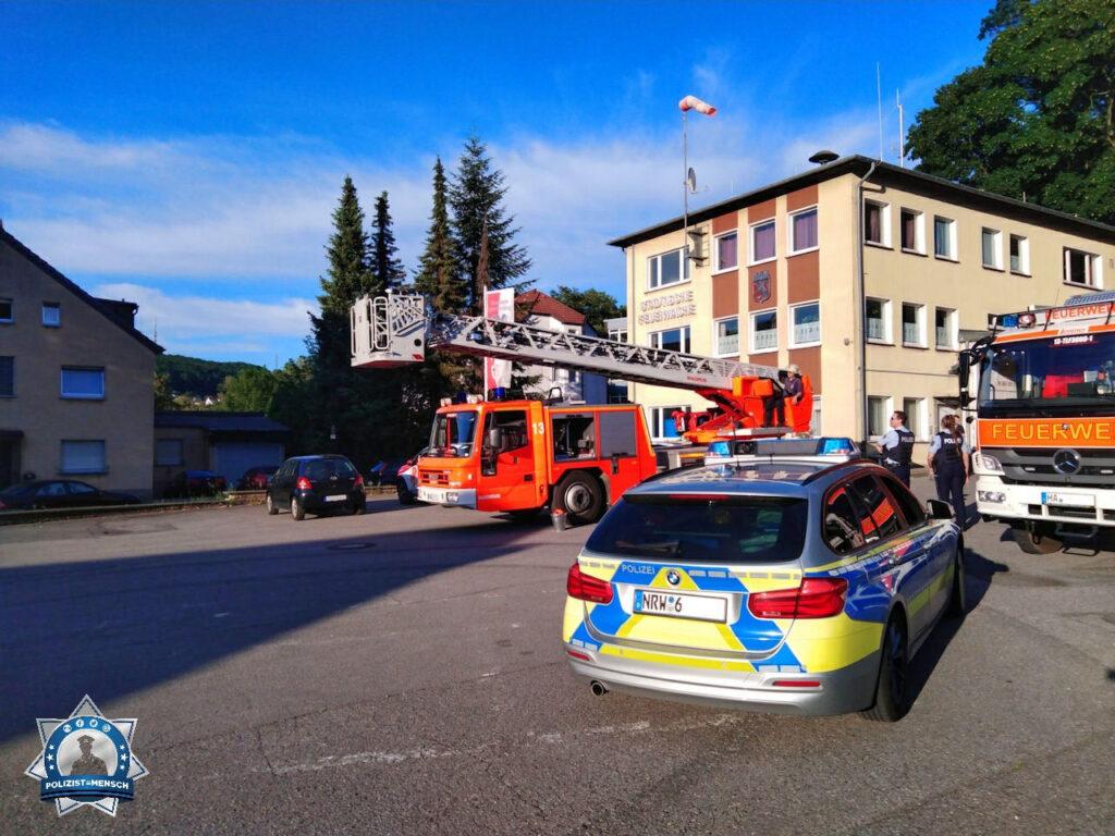 """""""Grüße von der Freiwilligen Feuerwehr Hagen, Löschgruppe Nahmer. Die Kollegen der Polizei Hagen hatten gesehen, dass wir einen Übungsdienst hatten und schauten für einen kleinen Plausch vorbei. Dennis"""""""