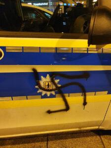 Hakenkreuz auf Streifenwagen gesprüht: Betrunkener Täter kam in Gewahrsam