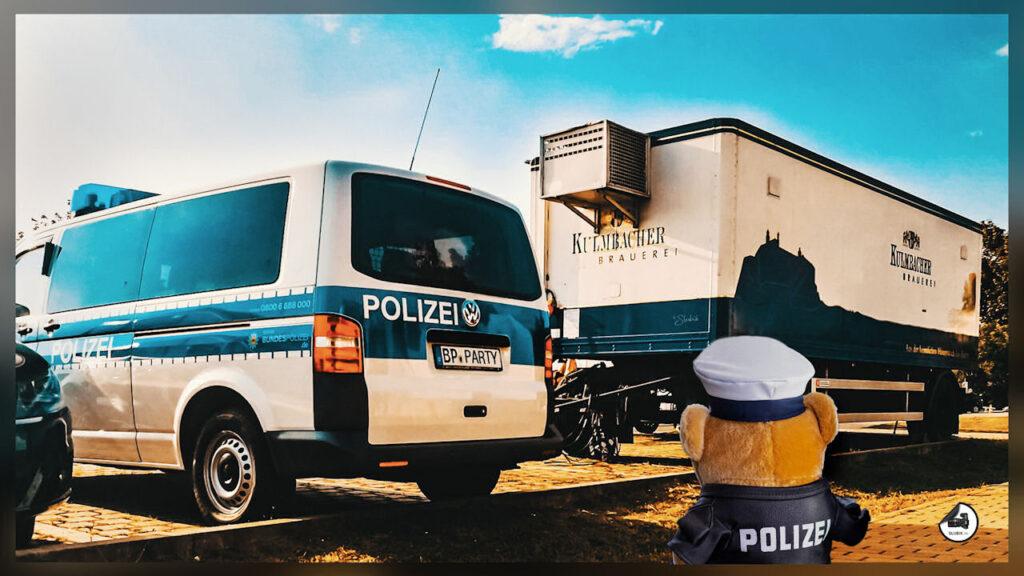 """""""Party-Bus mit passendem Kühlhänger auf dem Gelände des BPOLAFZ in Bamberg. 😉 Liebe Grüße aus Thüringen, Euer POM Bär"""""""