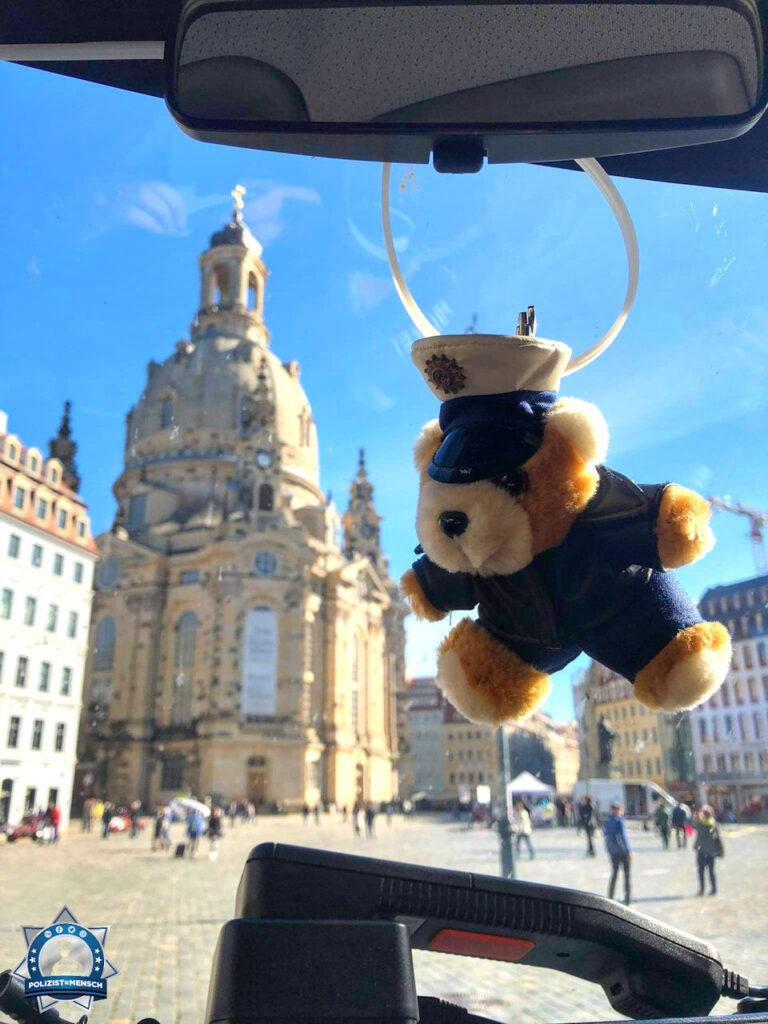 """""""Liebe Grüße vom Neumarkt in Dresden wünscht die Bereitschaftspolizei und Bärchen."""""""