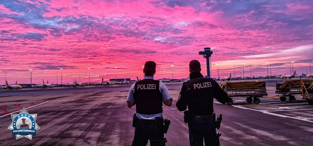 """""""Schöne Grüße vom 'neuen' Flughafen Berlin Brandenburg (BER), Robin und Nils"""""""