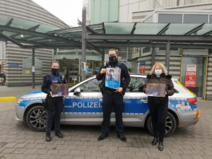 """""""Liebe Oma, lieber Opa - lasst Euch nicht reinlegen!"""": Polizisten schenken Kinderklinik Adventskalender mit Info-Flyer"""