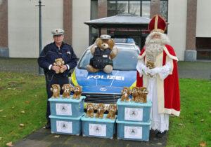 Für Kinder in Not: St. Martin übergibt Teddybären an die Polizei