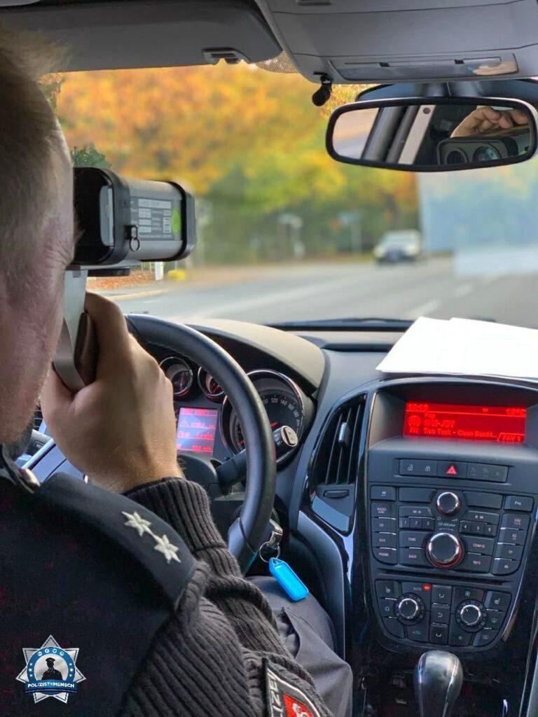 """""""Jessi und Torsten vom PK Lahe überwachen heute mal die Einhaltung der Höchstgeschwindigkeit 🙂"""""""