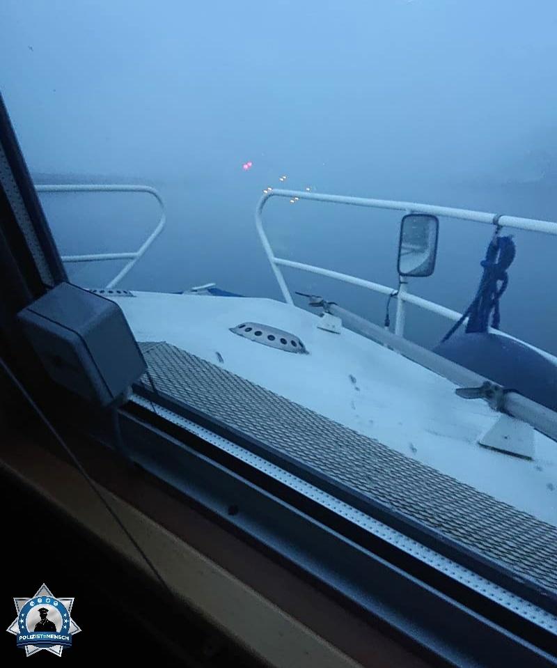 """""""Die Wasserschutzpolizei Sachsen ist neblig ins neue Jahr gestartet. Bloß gut, hier gibt's keine Eisberge 😅 Moni"""""""