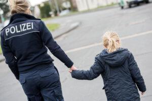 Auf dem Weg zum Dienst: Polizistin kümmert sich um von der Mutter getrennte Zweijährige und sorgt für Familienzusammenführung