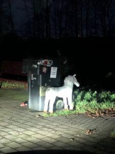 """Ausgesetzten Hund gemeldet: Polizisten finden neue """"Hunderasse"""" vor"""