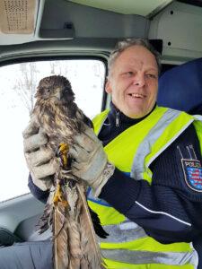 Gerade noch rechtzeitig: Autobahnpolizisten retten Greifvogel