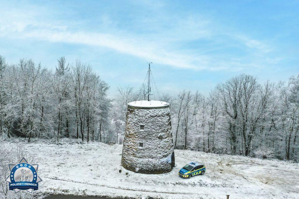 """""""Liebe Grüße aus der eingeschneiten Bergstadt Oerlinghausen. Bald wird es wieder wärmer! 😍 Momo"""""""