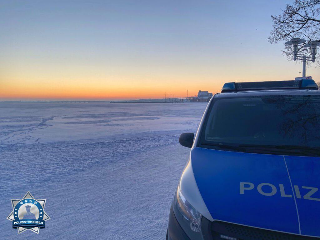"""""""Streife am zugefrorenen Strelasund mit Blick auf die Insel Rügen. Grüße von Frank und Hans vom Polizeihauptrevier Stralsund."""""""