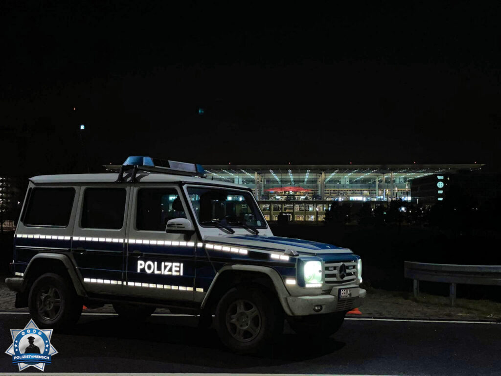"""""""Liebe Grüße vom Flughafen BER (Terminal 1 im Hintergrund), Sven und Tobi"""""""